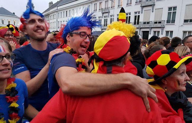 Un Français réconforte un Belge dans la fan zone de Tournai.
