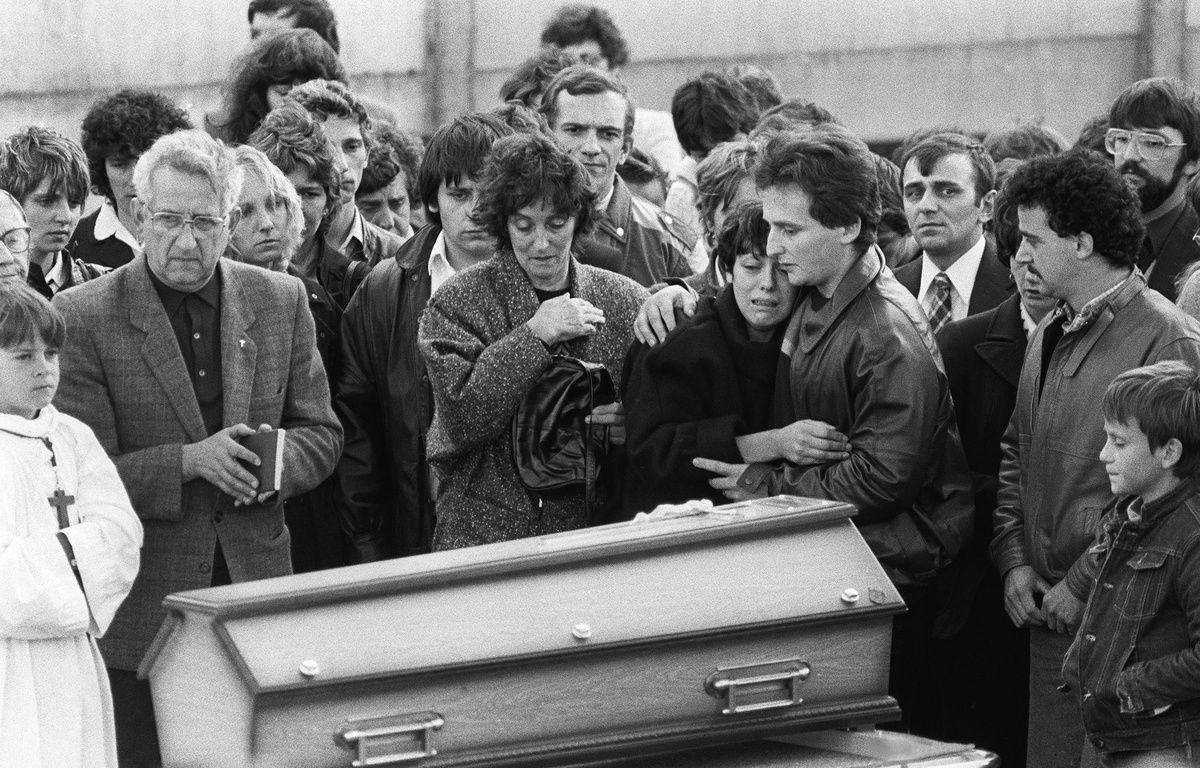 Christine et Jean-Marie Villemin, les parents du petit Grégory,  pleurent devant son cercueil lors de ses obsèques le 20 octobre 1984 à Lépanges-sur-Vologne. – JEAN-CLAUDE DELMAS