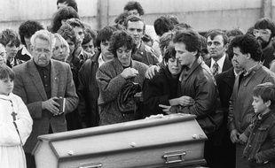 Christine et Jean-Marie Villemin, les parents du petit Grégory,  pleurent devant son cercueil lors de ses obsèques le 20 octobre 1984 à Lépanges-sur-Vologne.