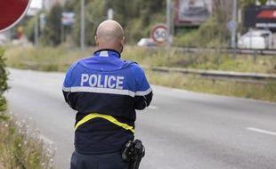 Un policier au bord d'une voie rapide. Illustration.