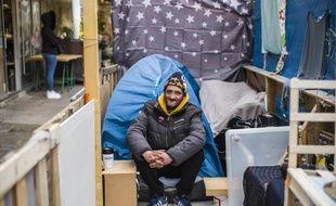 Auto-entrepreneur dans le bâtiment près de Nantes avant l'épidémie de Covid-19, Nino est désormais sans abri dans le 9e arrondissement de Paris. Agé de 39 ans, il refuse de se laisser aller: