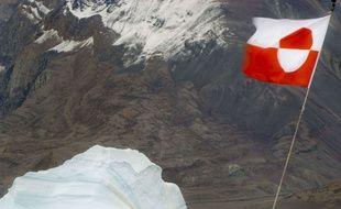 Le drapeau du Groenland sur un bateau de tourisme.
