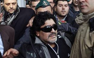 L'ancien joueur argentin, Diego Maradona, lors de son arrivée en Italie le 25 février 2013 à Rome.
