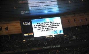 """Le Comité des Six Nations a accepté mardi, à la demande du gouvernement français, """"de modifier son règlement afin que le report d'un match, pour raisons prévisibles, soit décidé l'avant-veille, et au plus tard 24 heures, avant le coup d'envoi"""", indique le ministère des Sports dans un communiqué."""