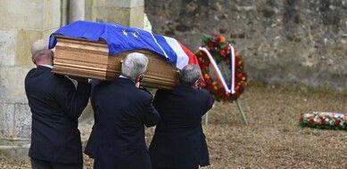 Le cercueil de Valéry Giscard d'Estaing, avec un drapeau français et européen.