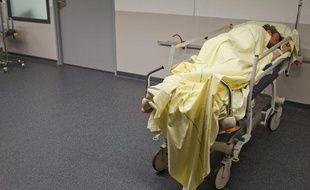 Illustration patient dans un couloir d'un hôpital.