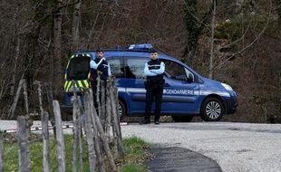Des gendarmes bloquent l'accès au col de Marocaz, à proximité de Cruet (Savoie), le 29 mars 2018.