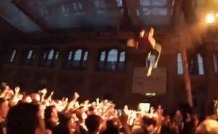 Capture d'écran d'une vidéo YouTube montrant le rappeur George Watsky sauter dans la foule de 10 mètres de haut, à Londres, le 17 novembre 2013.