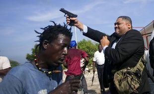 Le sénateur Jean-Marie Ralph Fethière a sorti son arme devant le parlement haïtien, lundi 23 septembre.