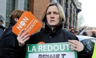 """Des employés de La Redoute manifestent en brandissant pancartes et tracts sur lesquels ils disent """"Non aux licenciements à La Redoute"""" le 4 mars 2014 à Roubaix, dans le nord de la France"""