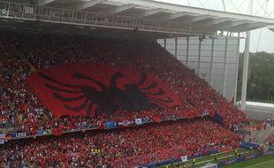 Le drapeau albanais dans les tribunes du stade Bollaert le 11 juin à Lens.