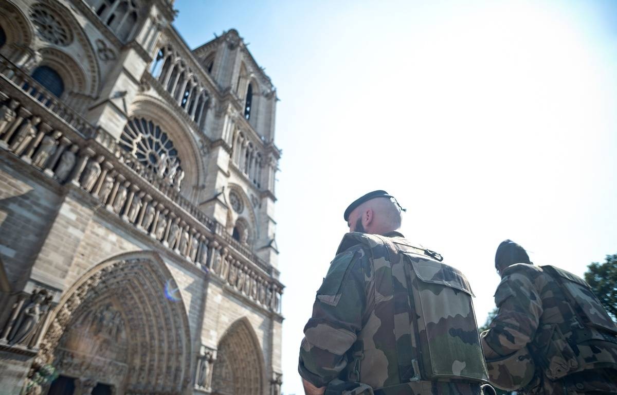 Des militaires en patrouille devant Notre-Dame-de-Paris le 15 août 2016. – NICOLAS MESSYASZ/SIPA
