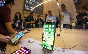 Des New Yorkais inspectent le nouvel Iphone dans un Apple Store de la ville, le 20 septembre 2019.
