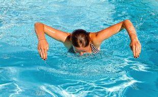 Une nageuse dans une piscine. (illustration)