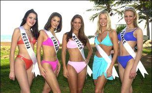 La compétition Miss Univers 20&& ave cla française Elodie Gossuin (à droite sur la photo)