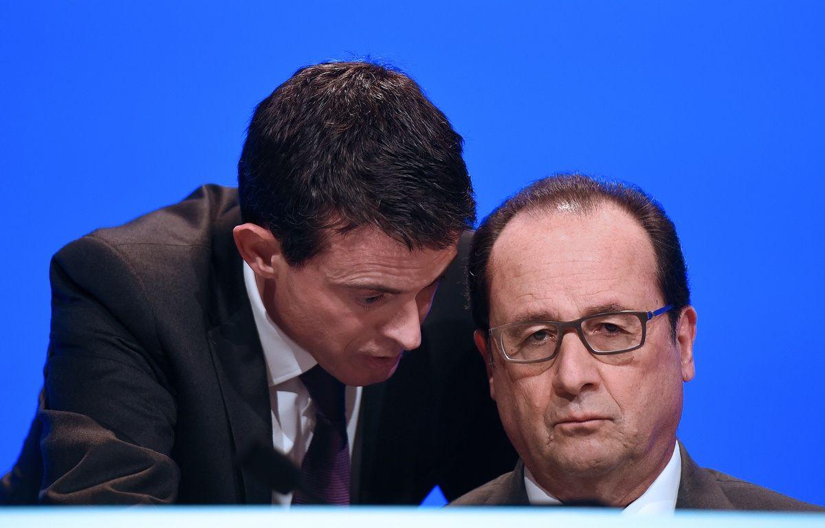 Manuel Valls et François Hollande réunis le 18 décembre 2015 devant les maires de France. – STEPHANE DE SAKUTIN / POOL / AFP