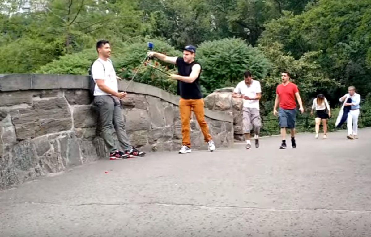 Buddy Bolton, un comédien new-yorkais qui s'en prend aux perches à selfies des touristes, fait le buzz sur la Toile.  – Capture d'écran / YouTube