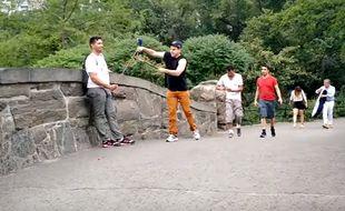 Buddy Bolton, un comédien new-yorkais qui s'en prend aux perches à selfies des touristes, fait le buzz sur la Toile.