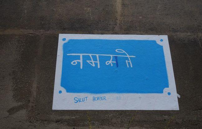 Certaines affiches sont placardées dans les rues aux abords de la place