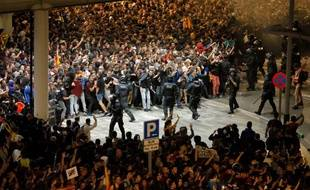 Des indépendantistes catalans se confrontent à la police le 14 octobre 2019, à l'aéroport de Barcelone.
