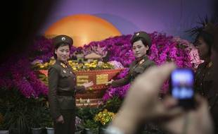 Des soldats se font prendre en photo lors du 105e anniversaire de Kim Il-Sung, premier dirigeant du pays.