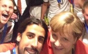 Angela Merkel pose avec Sami Khedira le 13 juillet 2014.