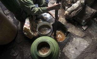 Un enfant indien prépare du Gudumba, une liqueur illicite. (16 Décembre 2011).