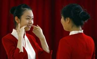 Apprentissage du sourire lors d'un cours de standing à Pékin, Chine, le 7 janvier 2008.