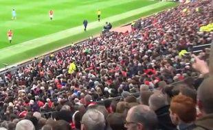 Le public de Manchester United chambre Manuel Pellegrini, l'entraîneur de City, le 12 avril 2015, à Old Trafford.