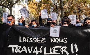 le patronat veut la réouverture des commerces fermés au plus vite, alors que les commerçants sont de plus en plus en colère comme ici à Lyon lors d'une manifestation lundi 9 novembre 2020.