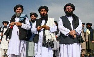 Les talibans à l'aéroport de Kaboul le 31 août 2021, après le départ des troupes américaines.