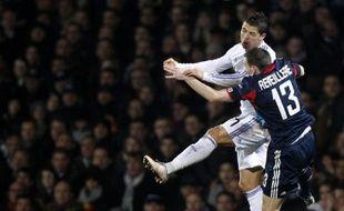 Cristiano Ronaldo devance le Lyonnais Anthony Reveillère, le 22 février 2011 à Gerland.