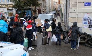 Des habitants se pressent pour aller rechercher des affaires dans leurs logements, après l'effondrement de trois immeubles à Marseille.