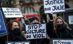 Paris, le 7 février 2021. Des dizaines de militants féministes manifestent à Paris pour soutenir Julie qui accuse vingt pompiers de viol.