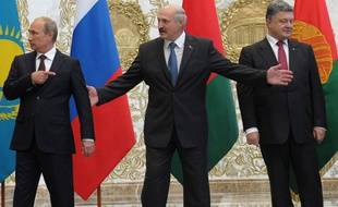 Vladimir Poutine, le président biélorusse Lukachenko et le président ukrainien Porochenko le 26 août 2014 à Minsk.
