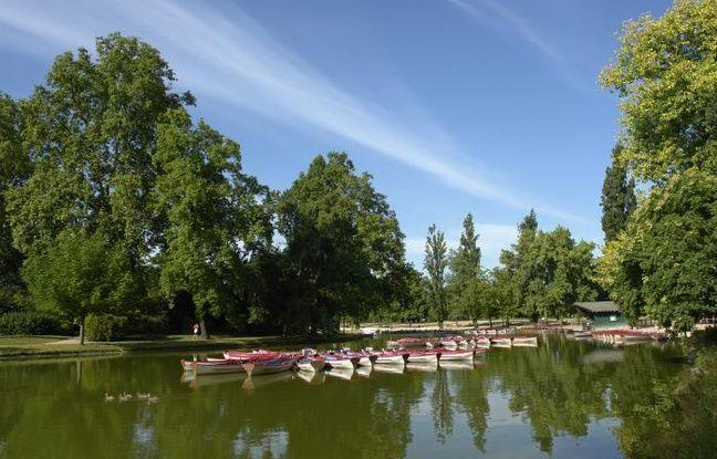 Vue sur le lac du parc Daumesnil et ses barques