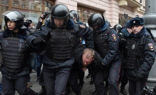 Ce dimanche 2 avril, des dizaines de manifestants d'opposition ont été arrêtés à Moscou alors qu'ils tentaient de défiler dans la rue.