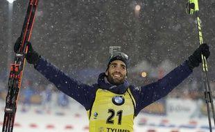Martin Fourcade célèbre sa victoire au sprint (10km) le 22 mars 2018 à la coupe du monde de biathlon, en Russie.