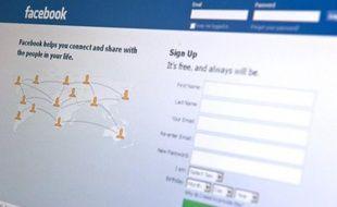 Le site internet de socialisation Facebook vise une date entre avril et juin pour son introduction en Bourse, affirme lundi le Wall Street Journal sur son site internet, citant des sources proches du dossier.