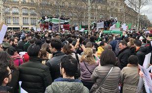Des hommes, des femmes, des enfants sur les épaules de leurs parents entonnent l'hymne algérien lors de cette mobilisation pour une transition démocratique en Algérie.