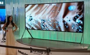 Samsung présente à l'IFA de Berlin un téléviseur 4K  de 105 pouces à écran flexible.
