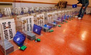 Un employé municipal de la ville de Nice prépare les 324 urnes qui seront utilisées lors des élections municipales et cantonales du 9 mars prochain, le 3 mars 2008.