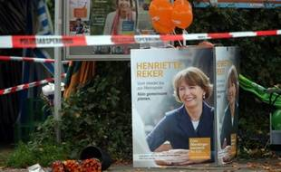Des fleurs déposées près du lieu où la candidate à la mairie Henriette Reker a été grièvement blessée, à Cologne, en Allemagne, le 17 octobre 2015