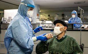 Un homme se fait dépister à l'hôpital de Porto au Portugal, le 23 janvier 2021.