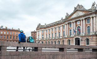 Un livreur sur la place du Capitole à Toulouse, en plein confinement. Illustration.