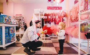 Un père et son fils dans un magasin de New York.