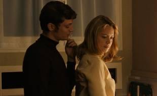 Niels Schneider et Virginie Efira dans Un amour impossible de Catherine Corsini
