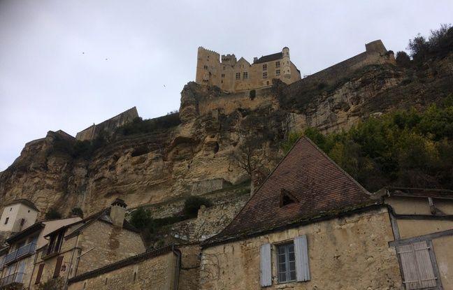 Le château de Beynac attire de nombreux touristes en été.