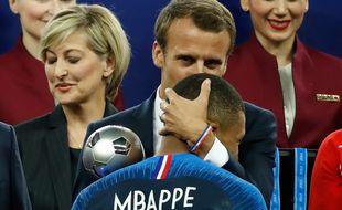 Emmanuel Macron fait la bise à Kylian Mbappé