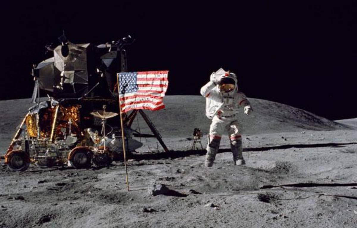 L'astronaute Charles Duke se tient près du drapeau américain sur la Lune, le 22 avril 1972. – John Young/NEWSCOM/SIPA